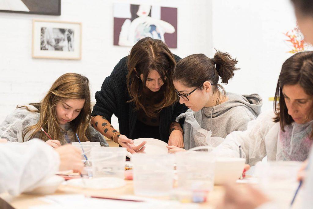 Taller de pintura sobre cerámica Salamanca. Espacio NUCA. Nuria Blanco. Galería de arte contemporáneo, diseño de autor y fotografía.